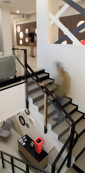 Escaleras de acceso entre las entrada y el hall del alojamiento EIBARROOMS